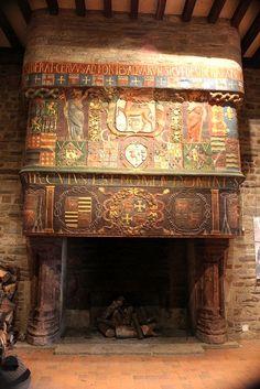 Cheminée armoriée monumentale, datant des années 1550, haute de 5,5 m. et large de plus de 3 m., qui provient du château de Coëtcandec (Locmaria Grand-Champ, Morbihan) et sur laquelle figurent les armes de la famille Chohan (d'argent au cerf passant de gueules) et celles de leurs alliances comme au centre celles qui sont écartelés Chohan et Le Grillon (croix ancrée). -- Cette cheminée (qui faisait partie d'un lot) a été démontée en 1959 et installée dans le château des Rohan à Pontivy.