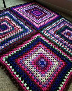 Crochet Granny Square Patterns Four Square Crochet pattern by Rachele Carmona Granny Square Crochet Pattern, Crochet Borders, Crochet Squares, Crochet Granny, Crochet Blanket Patterns, Diy Crochet, Crochet Crafts, Knitting Patterns, Crochet Edgings