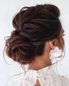 Chignon bun hairstyles are experiencing a major comeback this season. Catch some inspo in our gallery – we have many ideas how to rock a chignon. Elegant Wedding Hair, Wedding Hair And Makeup, Messy Wedding Hair, Elegant Bride, Wedding Up Do, Wedding Hairdos, Chignon Wedding, Elegant Updo, Perfect Wedding
