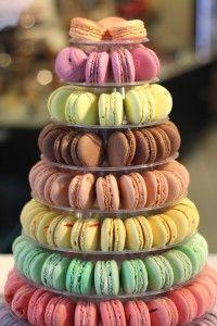Pièce montée avec des macarons : une idée pour votre buffet de mariage.