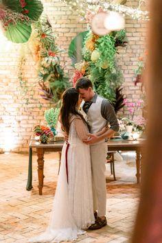 O momento da dança dos noivos é um momento único no casamento. #dançadosnoivos #casamentoadois #dancadecasal #casamento #casaraoarlivre #noivos #casamentointimista Couple Photos, Couples, Wedding Moments, Wedding Boutonniere, First Dance, Grooms, Couple Shots, Couple Photography, Couple