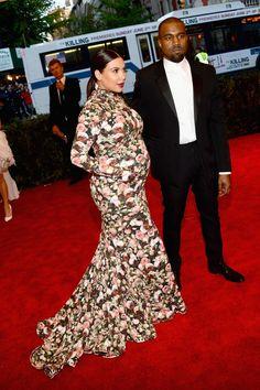 Kim Kardashian y Kayne West de Givenchy, ella embarazadísima y de las peores vestidas