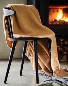 Aus 100% hochwertigster Neuseeländischer Lammwolle zu feinstem Twill verwoben, begeistert unsere vielfältig einsetzbare Decke Miramar im puristischen Design samt Zierfransen. Welche Farbe ist Ihr Favorit?