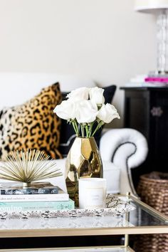 The look pays attention to details! #homeaccessories #interiordesign #designideas #modernaccessories #decor #homedecor #interiordesigninspiration #accessoriesideas Decor, Home Decor Inspiration, Coffee Table Styling, Table Style, Home Decor, Apartment Decor, Home Deco, Interior Design, Decorating Your Home