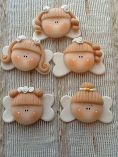 Laura Chaves Porcelana Fría, Souvenirs, artesanias, buenos aires, argentina Fimo Clay, Polymer Clay Projects, Clay Crafts, Christmas Projects, Holiday Crafts, Buttercream Designs, Clay Angel, First Communion Cakes, Cake Decorating With Fondant