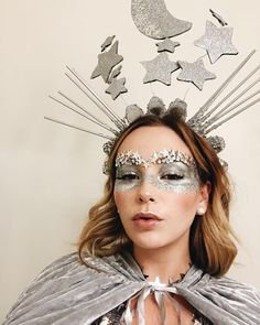 Sonne, Mond & Sterne Kostüm selber machen: DIY Inspiration, all accessories and a make-up guide, so you can make your own sun, moon & star costume. Space Costumes, Diy Costumes, Costumes For Women, Space Girl Costume, Outer Space Costume, Adulte Halloween, Halloween Make Up, Halloween 2020, Couleur L Oreal