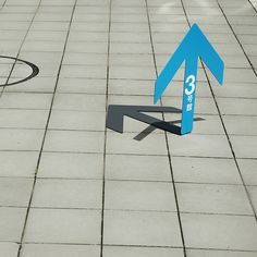 a set of arrows that appear to be supported by their own shadow. The signs are free-standing, stable, low-cost and easy to store away.