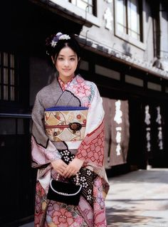 KIMONO 石原さとみ Satomi Ishihara  OMG. MAGAYUNON PO ANG AUTHENTIC JAPANESE KIMONO. Japan Japan Japan. Maski habo ka dumanan ni Brent and mahal ang cost of living saimo, I would never hesitate to visit you.
