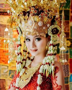 Pretty lady in traditional Palembang, Indonesian costume. Javanese Wedding, Indonesian Wedding, Traditional Wedding, Traditional Dresses, Vietnam Costume, Bali Girls, Muslimah Wedding, Palembang, Bridal Wedding Dresses