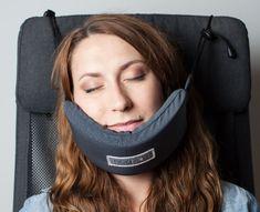 Con questa amaca per la testa potrai finalmente dormire in aereo, auto o treno
