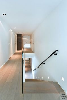 Hedendaagse villa, Tail Architectuur, the art of living Minimal House Design, Minimal Home, Interior Staircase, Interior Architecture, Open Plan Kitchen Living Room, Living Room Flooring, Cheap Home Decor, Home Decor Accessories, Home Interior Design