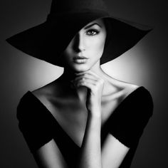 Portrait - Hat - Back Light/side light -Black and White - Photography - Pose Idea / Inspiration Portrait Poses, Studio Portraits, Female Portrait, Woman Portrait, Portrait Photography, Fashion Photography, Photography Studios, Photography Lighting, Glamour Photography