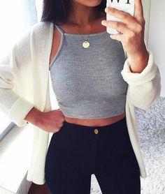 Me gustaría llevar esta camiseta y los pantalones a la escuela. Es una camisa gris y pantalones negros. Voy a llevar con un collar y un reloj. El collar está hecho de oro.