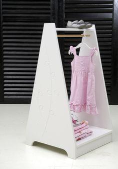 """''Verkleedpartijtje Fris Wit"""" is verkrijgbaar via onze webshop! Dit kledingrek is leuk voor op de kinderkamer zodat er goed naar de nieuwe kleertjes gekeken kan worden! Want iets wat mooi is mag natuurlijk niet weggestopt worden in een kast! #dressgirl"""
