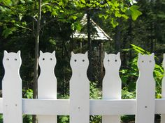 Cat fence, a new alternative to the white picket fence. Instead of the 2.5 kids, have the 2.5 cats!