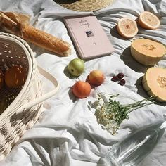 A picnic idea to get you inspired! beach summer picnic with fruits basket and baguette Summer Aesthetic, Aesthetic Food, Fall Inspiration, Design Inspiration, Sestri Levante, All I Ever Wanted, Summer Picnic, Brunch, Food And Drink