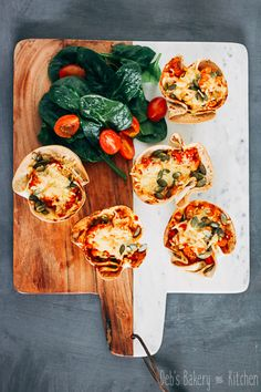 tortillacups met spicy bloemkool Bakery Kitchen, Bruschetta, Vegetable Pizza, Spicy, Food And Drink, Fruit, Vegetables, Ethnic Recipes, Desserts