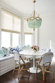 Browse stylish dining room decor inspiration, furniture and accessories on Domino. Explore dining tables, chairs, table setting ideas, centerpieces and paint colors to decorate your dining room. Breakfast Nook Furniture, Breakfast Nooks, Breakfast Room Ideas, Sweet Home, The Design Files, Room Decor, House Design, Interior Design, Dining Tables