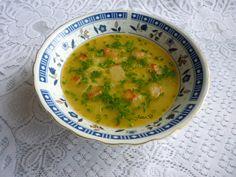 Na másle krátce osmažíme strouhanku. Zalijeme vodou, přidáme vegetu a vaříme 5 minut. Česnek oloupeme, nastrouháme na jemno a v hrnku rozšleháme vejce. Po 5 minutách varu přidáme česnek, vejce, krátce povaříme a odstavíme. Na talířích jednotlivé porce doplníme pažitkou. Pro velké jedlíky lze polévku doplnit osmaženými kostičkami pečiva.