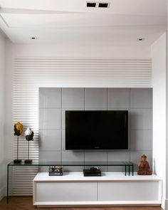 Sala de TV com painel moderno sóbrio Painel Tv Sala Grande, Grands Salons, Modern Tv Wall Units, Tv Unit Design, Tv Furniture, Home Theater Design, Home Tv, Living Room Tv, Decoration