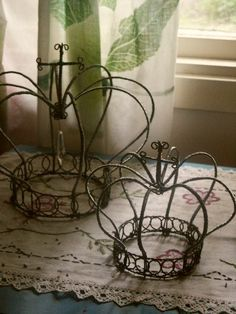 """Crowns of kings who came to bow to the One True King [DIY Royal Crown in """"luffarslöjd"""" - Step-by-Step Tutorial] Wire Crafts, Diy And Crafts, Arts And Crafts, Couronne Shabby Chic, Wire Crown, Craft Projects, Projects To Try, Crown Royal, Queen Crown"""