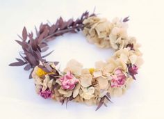 Corona con varios tipos de flores.