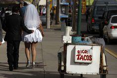 Niente di meglio di un buon taco per festeggiare le nozze! - Reuters Yummy Taco, Taco Stand, Couples Walking, Walk Past, Tacos, Mexico, Wedding Day, Newly Married, Sign