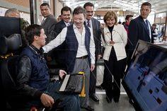 Presidente Juan Manuel Santos Calderón con aprendiz en simulador