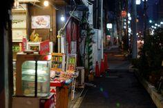 菓子屋の前を過ぎて by ヨロズナ / Yorozuna on Flickr.
