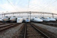 Shinkansen (L) 0 100 300 500 700 700ReilStar N700 Series (R)