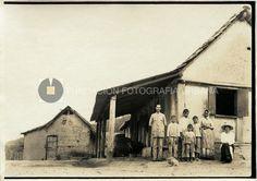 Originarios de la Colonia Tovar. Frente a la casa, circa 1915-1920