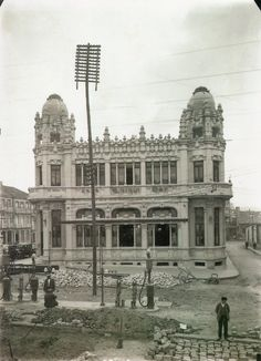 Plaza de Galicia / Edificio Castromil (1926) Santiago de Compostela Under Construction, Old World, Notre Dame, Big Ben, Taj Mahal, Louvre, Building, Places, Photography