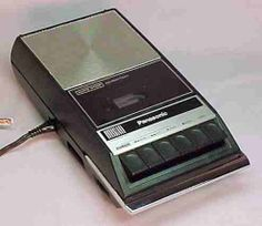 Bandrecorder met ingebouwde microfoon, ooh wat is hier veel mee gedaan, hoorspelen, quiz.....