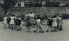 Zakdoekje leggen? Old Pictures, Old Photos, Vintage Photos, Foto Madrid, My Childhood Memories, The Good Old Days, In Kindergarten, Far Away, Back In The Day