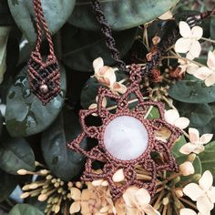 « • Mandala de macramê feita sob encomenda com quartzo rosa pedra do amor #macrame #macramejewelry #macramê #florestart #pedrasnaturais #art #artesanato… »