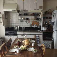 Interior example of kitchen / hot cake / breakfast / rental living / apartment living . Cozinha Shabby Chic, Kitchen Dining, Kitchen Decor, Dream Apartment, Apartment Living, Decoration Design, House Rooms, Cozy House, Kitchen Interior