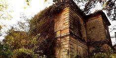 Balatonederics elátkozott Fekete kastélya, ebek harmincadján - Balaton Blog Hungary, Sidewalk, Castle, Marvel, Urban, House Styles, Building, Places, Lugares