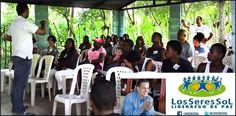 Ormandy Santana, director ejecutivo de la Fundación Los Seres Sol, en labores de entrenamiento; 2) jóvenes comparten en un recreo de la jornada. 3) Vista de una dinámica en un taller de formación de Líderes de Paz..