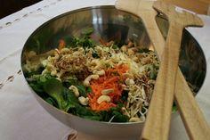 Verdure in insalata con anacardi e salsa al sesamo e zenzero