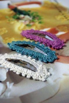 縁編みぱっちんピンの作り方|その他|ファッション小物 Crochet Hair Clips, Crochet Rings, Crochet Brooch, Crochet Hair Styles, Crochet Necklace, Crochet Jewelry Patterns, Crochet Hair Accessories, Crochet Stitches Patterns, Crochet Crafts