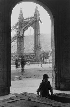 Budapest 1954 Photo: Jean Marquis A lebombázott Erzsébet-híd pesti hídfője Types Of Photography, Street Photography, Old Pictures, Old Photos, Vintage Photographs, Vintage Photos, Capital Of Hungary, Madrid, Great Pic