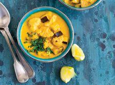 Blumenkohl-Curry mit Mango und Aubergine dient als leckere Hauptspeise während der Clean-Eating-Diät. Das kostenlose Rezept gibt es hier.