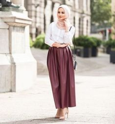 maroon maxi skirt hijab look- Maxi jupes chic hijab…