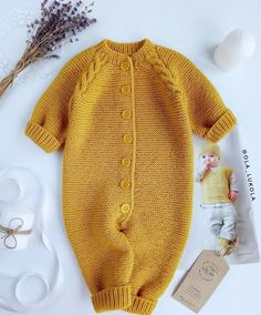 laine b& & baby knit tricot wool jaune moutarde Quality Baby Clothes - January 15 2019 at I would love to figure out how to knit one of these Baby Knitting Patterns, Knitting For Kids, Free Knitting, Winter Dress Outfits, Baby Outfits, Kids Outfits, Dress Winter, Yellow Outfits, Baby Dresses