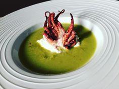 Gazpacho verde con polpo e burrata Finger Food Appetizers, Finger Foods, Appetizer Recipes, Gourmet Food Plating, Gourmet Recipes, Cooking Recipes, Food Humor, Daily Meals, Vegetables