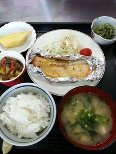7月22日。魚のパン粉焼き、ラタトゥイユ、小松菜のごま和え、ワカメと豆腐の味噌汁、バナナです!カロリー483、たんぱく質24g、塩分2.8gでした♪