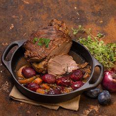 Lammbraten mit Zwetschken / Foto: Mona Lorenz Pot Roast, Mona, Steak, Beef, Ethnic Recipes, Oven, Cooking Recipes, Food Food, Carne Asada