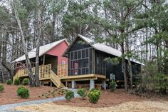 Rural Studio's $20K House has such innovative design that it's changing the entire housing system–from mortgages to zoning laws. Tiny House Cabin, Tiny House Living, Tiny House Design, Small House Plans, Cheap House Plans, Auburn University, Rural Studio, Tiny Home Cost, Design Innovation