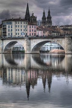 Puente de Piedra, Logroño (La Rioja, Spain). Al fondo, torres gemelas de la…