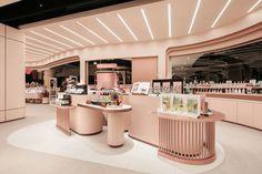 There is harmonious coloring Showroom Design, Shop Interior Design, Boutique Interior, Design Display, Espace Design, Jewelry Store Design, Casas Containers, Beauty Salon Decor, Counter Design